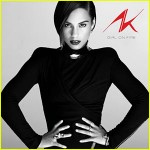 Alicia Keys Gets Google-Intimate With Girl on Fire Live Preview